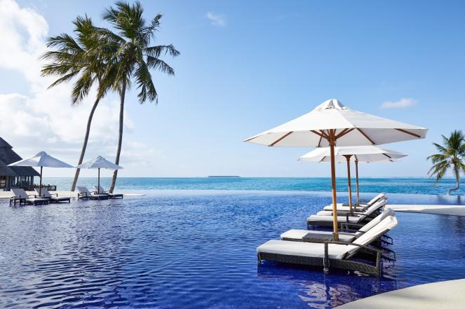 CONRAD MALDIVES RANGALI ISLAND_Beauty_Rangali Finolhu Main Island Pool_credit Justin Nicholas_hi-res (3)